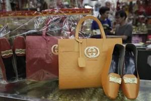Des chaussures et sacs à main portant le logo Gucci dans une boutique de Hong Kong.