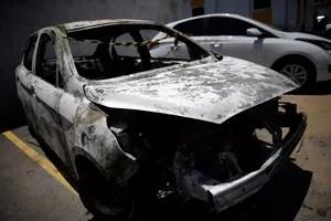 La voiture calcinée de l'ambassadeur grec. RICARDO MORAES / Reuters