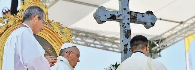 O papa celebrou a missa no sábado, em Sarajevo antes de uma cruz crivado de balas, um símbolo do conflito que se abateu sobre a Bósnia.