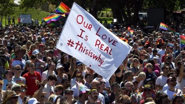 Des milliers de personnes portant le drapeau arc-en-ciel et arborant des messages de joie sont descendues dans les rues des villes australiennes.