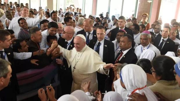 Le pape François visite les fidèles de l'Eglise du Saint Rosaire, le 2 décembre à Dacca (Bangladesh).