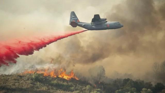 Les avions de l'US Air Force sont également mobilisés pour tenter de maîtriser les flammes.