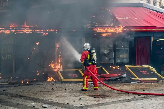 «Gilets jaunes»: Le Fouquet's incendié après avoir été saccagé