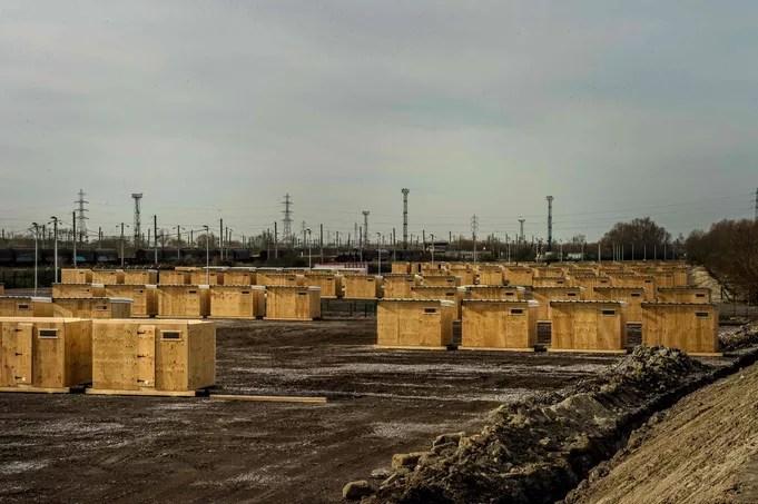 Un premier camp aux normes internationales constitué de maisonnettes en bois installées à Grande-Synthe doit accueillir lundi les migrants du camp voisin de Basroch.