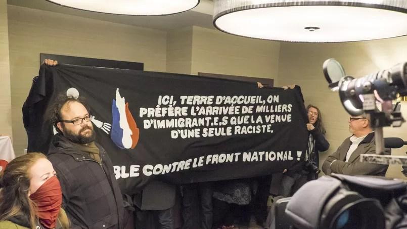 Une banderole militante antiraciste attendait Marine Le Pen le 20 mars, pour sa conférence de presse
