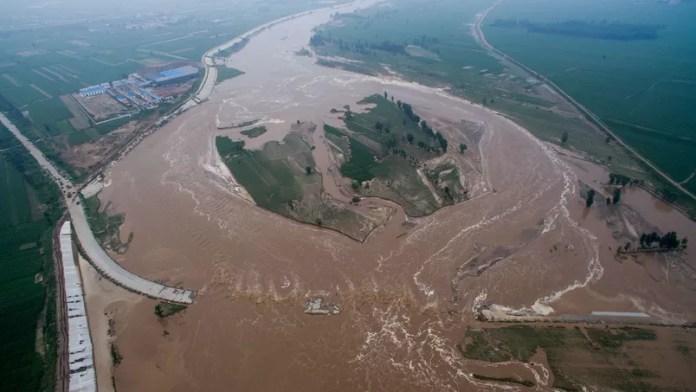 À Xingtai, dans la province de Hebei, les routes et les ponts ont été complètement recouverts par la montée des eaux. C'est la région la plus touchée par ces inondations.