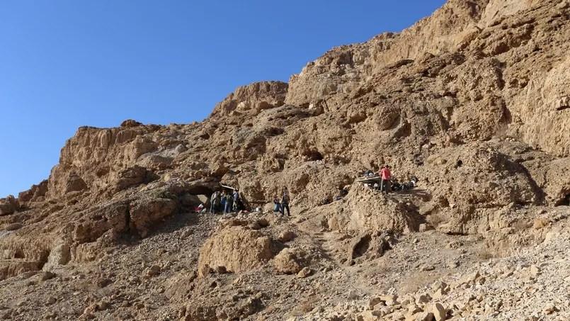 Pus de soixante-ans après les premières fouilles à Qumrân, des chercheurs ont trouvé une douzième caverne dans l'une des falaises du désert de Judée.