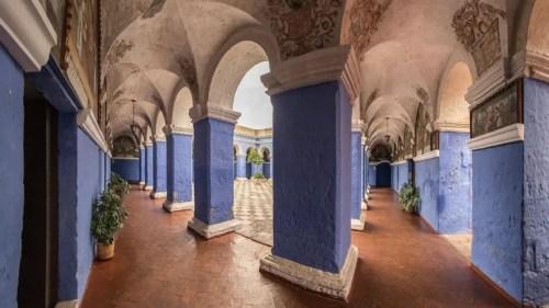 Joyau d'Arequipa, ville coloniale classée par l'Unesco, le couvent de Santa Catalina a résisté à de nombreux tremblements de terre. Près de 200 religieuses y vivaient au XVIIIe siècle. On admire aujourd'hui ses cours à arcades colorées et son dédale de ruelles, de placettes à fontaine et de jardins fleuris… sous l'œil du volcan Chachani.