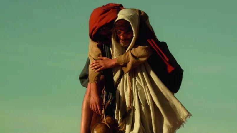 Dès l'ouverture du film, la scène où Judas porte Jésus, épuisé par ses quarante jours de jeûne, donne le ton du film