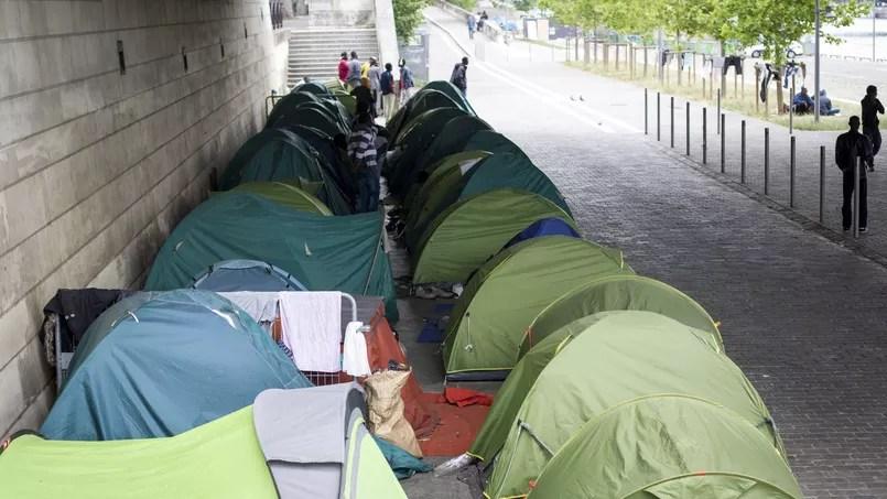Un campement de migrants s'est installé quai d'Austerlitz à Paris.