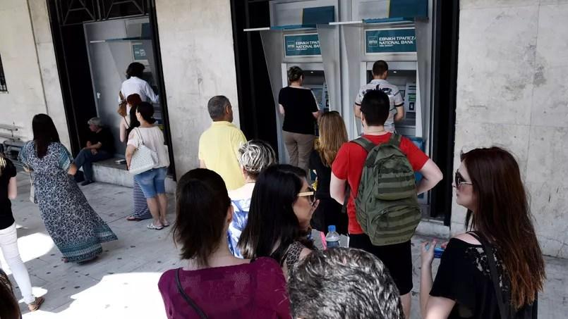 Les Grecs retirent leur argent des banques