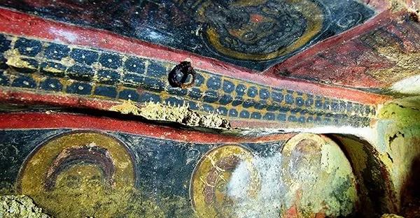 Les décorations murales représentent des scènes emblématiques bibliques telles que l'Ascension de Jésus, le Jugement Dernier mais également des portraits de saints, d'apôtres et de prophètes.