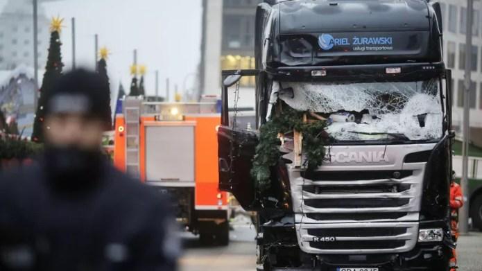 L'attentat au camion-bélier survenu lundi soir à Berlin, a fait au moins douze morts et 48 blessés.