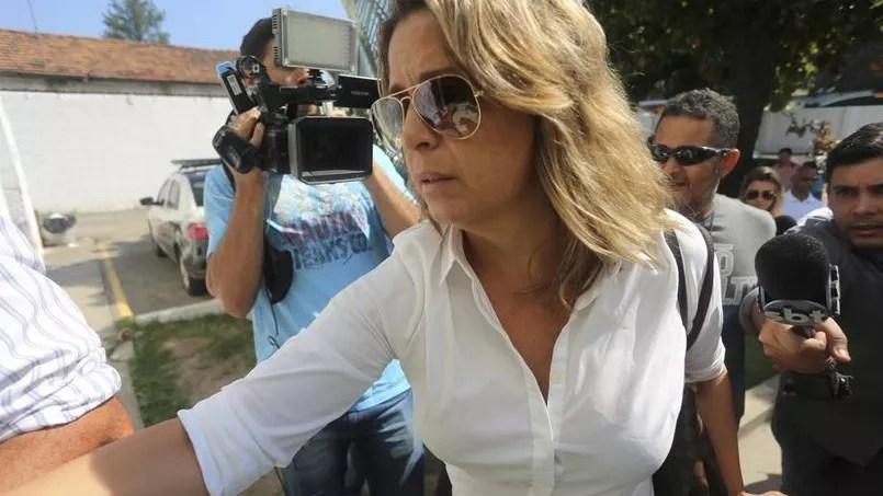 Françoise de Souza Oliveira, la femme de l'ambassadeur grec à l'entrée du commissariat de Rio, quelques minutes avant de reconnaître sa participation à l'homicide de son mari.