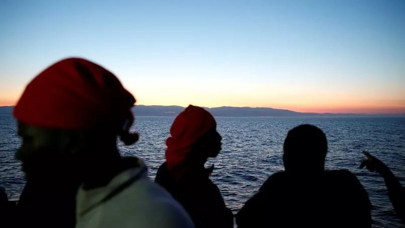 Des migrants approchent de la côte italienne après avoir été secourus au large de la Lybie, le 20 juin dernier.