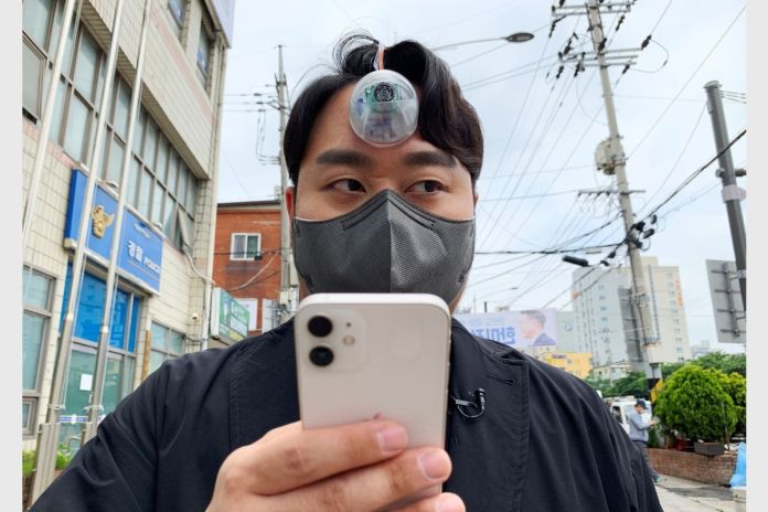 'Third Eye' Camera Can Help 'Smartphone Zombies' Walk Safely Without Bumping