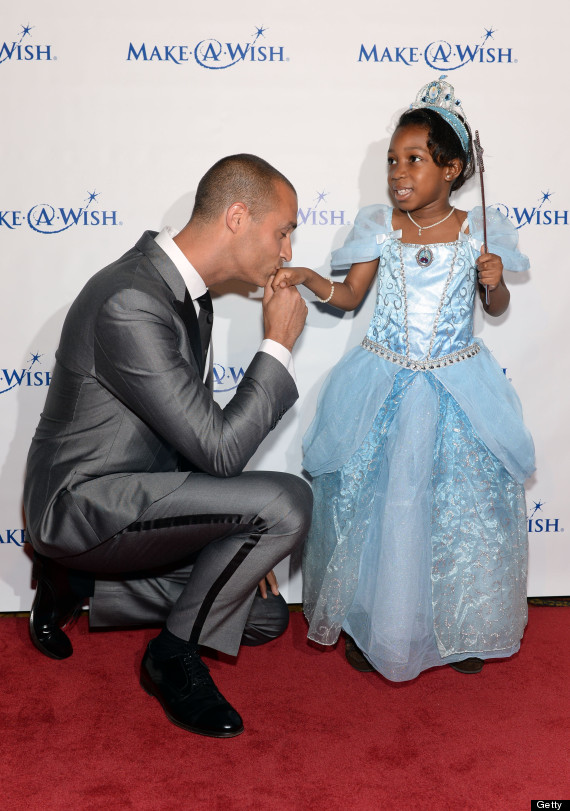 Make A Wish Gala 2013 Nigel Barker Kisses The Hand Of Little Girl And Its Beyond Adorable