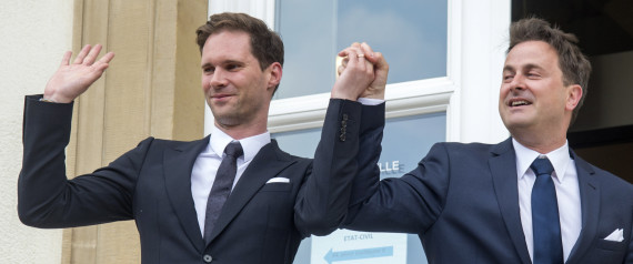 Destenay (kiri) dan Xavier (kanan) bergenggam erat merayakan pernikahan mereka Jumat (15/5/2015) Photo : AP. huffpost.com