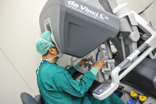 surgeons operate a da vinci surgical robot