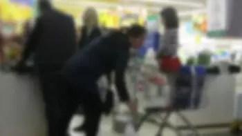 Parmakları alışveriş sepetine sıkışan çocuk itfaiyeyi alarma geçirdi