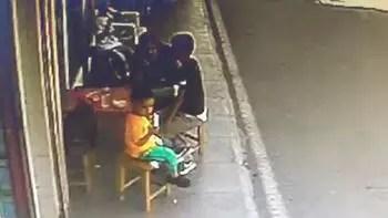 Kaldırımda oturan anne ve 2 çocuğu dehşeti yaşadı