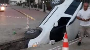 Otomobil çukura düştü, görenler şaştı kaldı