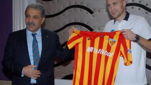 Kayserispor yeni golcüsü Artem Kravetse imzayı attırdı