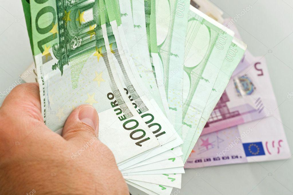 Acusan al director de un banco de robar medio millón de euros, todos sus ahorros, a un anciano de 90 años con azheimer