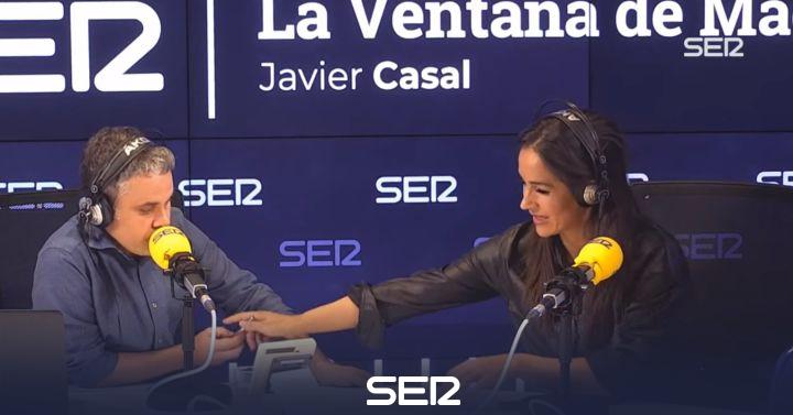 Begoña Villacís le escribe una pregunta a un periodista de la SER en medio de una entrevista