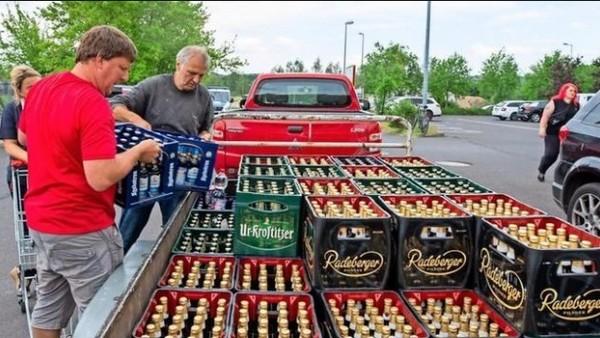 Los vecinos de Ostrizt (Alemania) compran toda la cerveza de los supermercados para boicotear un festival neonazi