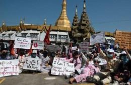 রক্ত ঝরলেও রাজপথ ছাড়তে রাজি নন মিয়ানমারের বিক্ষোভকারীরা