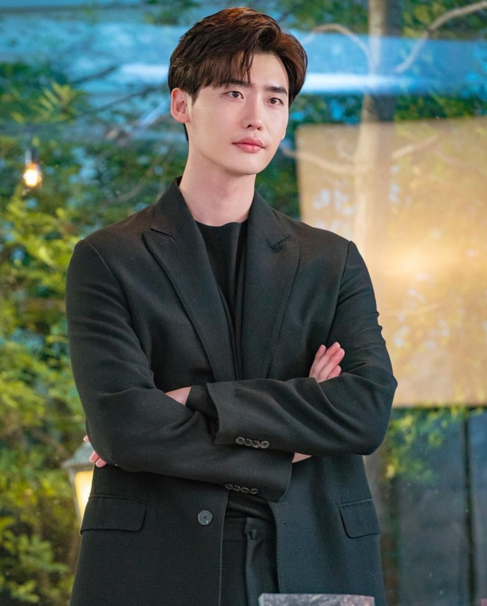 Still Cuts Of Lee Jong Suk In Romance Is A Bonus Book Teaser Amp Posters Couch Kimchi