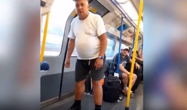 Vídeo | Un hombre se enfrenta a un racista ebrio que acosaba a un joven en el metro de Londres