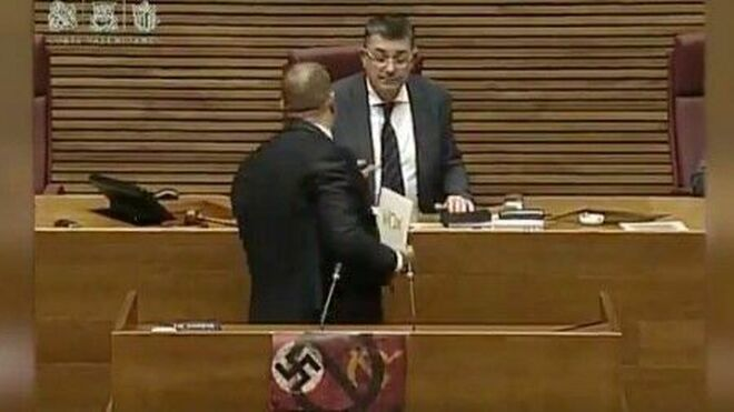 Vídeo   Vox supera todos los límites: el partido de extrema derecha exhibe una esvástica nazi en el parlamento valenciano