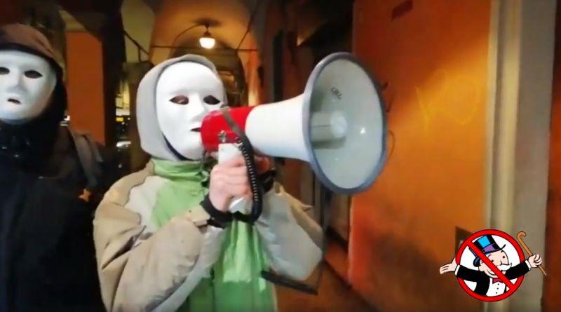 El grupo de activistas Il Padrone di Merda recorren los comercios de Bolonia avergonzando a jefes que explotan a sus trabajadores