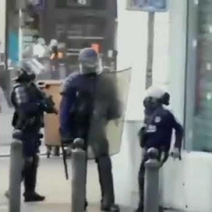 Vídeo   Policía antidisturbios abusa de un niño discapacitado con muletas en Francia