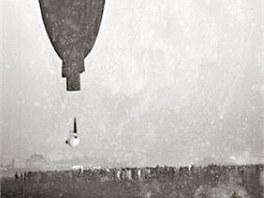 Balón s dvoumetrovou hliníkovou koulí stoupá u bavorského Augsburgu k nebi. (27. května 1931)