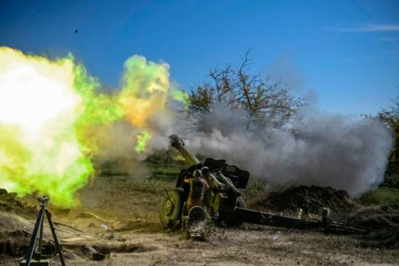- ΦΩΤΟΓΡΑΦΙΕΣ ΑΠΟ ΤΟ ΕΤΟΣ 2020 - Ένας Αρμένιος στρατιώτης πυροβολεί πυροβολικό στην πρώτη γραμμή στις 25 Οκτωβρίου 2020, κατά τη διάρκεια των συνεχιζόμενων συγκρούσεων μεταξύ των δυνάμεων της Αρμενίας και του Αζερμπαϊτζάν για την αποσχισμένη περιοχή του Ναγκόρνο-Καραμπάχ.  - Ο επικεφαλής μιας αποστολής του Ερυθρού Σταυρού που παρακολουθεί τη σύγκρουση Ναγκόρνο-Καραμπάχ κάλεσε στις 22 Οκτωβρίου 2020 όλα τα μέρη να σταματήσουν να βομβαρδίζουν πολίτες και να σέβονται το διεθνές δίκαιο σε μάχες που έχουν σκοτώσει σχεδόν 1.000 ανθρώπους.  (Φωτογραφία: ARIS MESSINIS / AFP) (Φωτογραφία από τον ARIS MESSINIS / AFP μέσω Getty Images)
