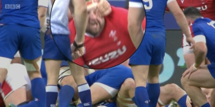 Willemse's hand made contact with the eye of the Wyn Jones accessory (Screenshot: BBC)