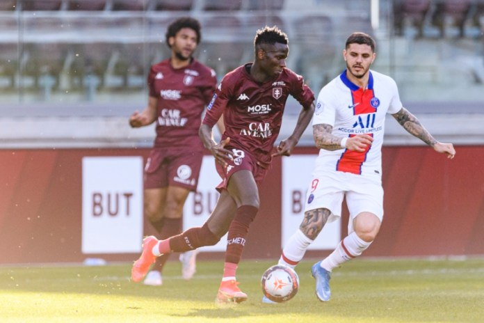 METZ, FRANCE - APRIL 24: Pape Matar Sarr of Metz (L) in action during the Ligue 1 match between FC Metz and Paris Saint-Germain at Stade Saint-Symphorien on April 24, 2021 in Metz, France. (Photo by Marcio Machado/Eurasia Sport Images/Getty Images)