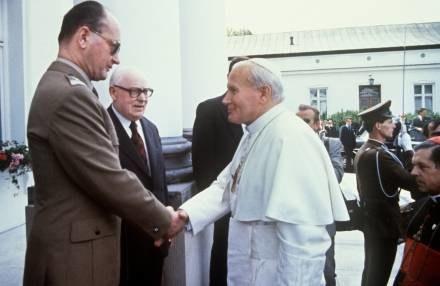 Znalezione obrazy dla zapytania gen Jaruzelski z papieżem zdjecia'