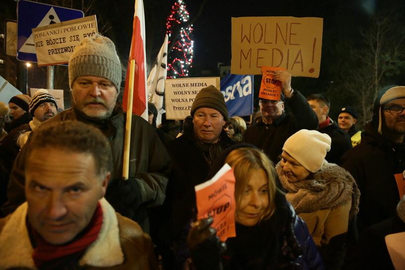 Komitet Obrony Demokracji zorganizował przed Sejmem protest, którego uczestnicy wspierają posłów opozycji walczących o dostęp do informacji w Sejmie /Tomasz Gzell /PAP