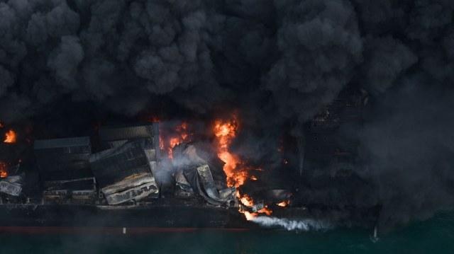 Kontenerowiec płonie od tygodnia /SRI LANKAN AIR FORCE MEDIA HANDOUT /PAP/EPA