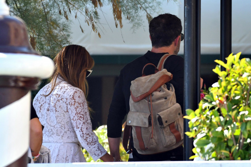 Many celebrities came to the 78th Venice Film Festival, but the pair that attracts the most attention from photojournalists is the duo: Jennifer Lopez and Ben Affleck / BACKGRID / East News