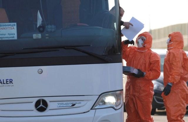 Na zdj. kontrola sanitarna pasażerów autobusów wjeżdżających do Polski na granicy z Czechami w Gorzyczkach /Andrzej  Grygiel /PAP