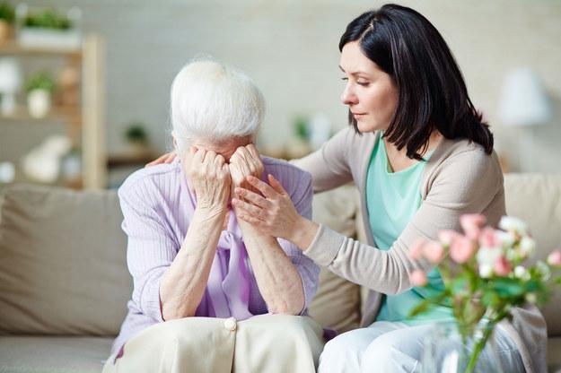 Odchodzenie rodzica może być szansą na pojednanie, ale może też przywołać pamięć krzywd /©123RF/PICSEL
