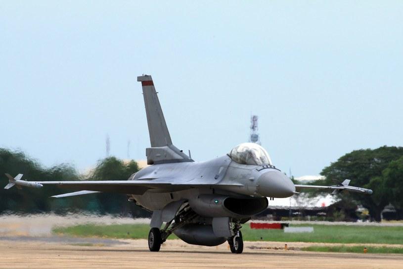 Pozbawioną materiału rozszczepialnego bombę zrzucono z myśliwca bombardującego F-16 / zdj. archiwalne /©123RF/PICSEL