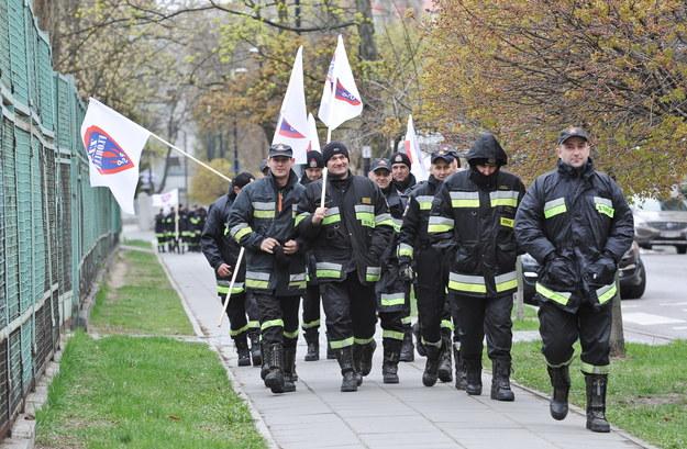 Protestujący strażacy /Marcin Obara /PAP