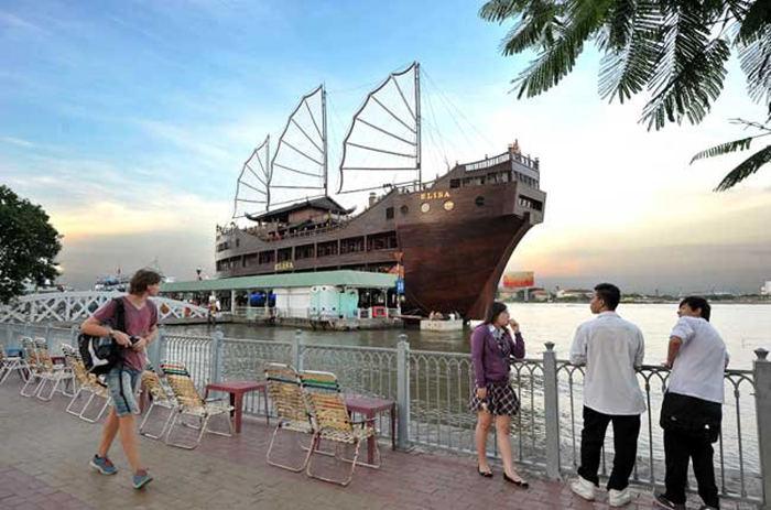 Bến Bạch Đằng gồm bến cảng và công viên Bạch Đằng nằm bên bờ sông Sài Gòn từ lâu đã trở thành một điểm đến thú vị của người dân thành phố và khách du lịch khi đến thăm Tp. Hồ Chí Minh.