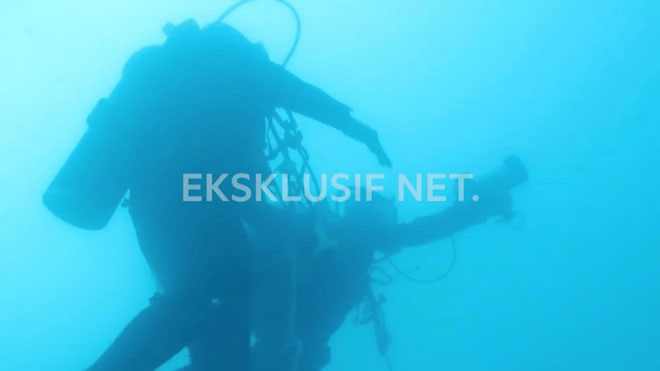 Thợ lặn tìm kiếm thân máy bay và hộp đen dưới biển Java.